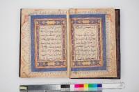 Deuxième tome d'un coran en deux volumes Sourate Maryam (XIX, «Marie»), verset 1, jusqu'à la sourate al-Nâs (CXIV, «Les hommes»), verset 6 Inde, XVe siècle  Nasser D. Khalili, Collection of Islamic Art (Londres), © Khalili Family Trust