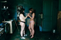 Les appartements communautaires. Nus dans la cuisine, Saint Pétersbourg, Russie, 2005 © Françoise Huguier / Agence VU'