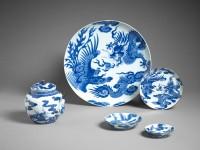 """Plat et coupe au dragon et au phénix. Porcelaine de Chine à décor de bleu de cobalt, type """"bleu de Hué"""". Fin du 18e s. MNAAG, Paris © D.R./ Thierry Ollivier"""