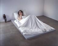 Ron Mueck, In Bed, 2005. Collection Fondation Cartier pour l'art contemporain, Paris (acq. 2006) © Ron Mueck / Photo courtesy Anthony D'Offay, London