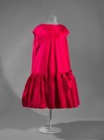 """Balenciaga, Robe du soir """"Baby doll"""", 1958-1959 Taffetas de soie rose fuchsia © Stéphane Piera / Galliera / Roger-Viollet"""