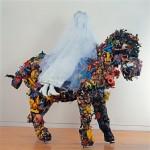Cheval et la Mariée, 1963, 235 x 300 x 120 cm, tissu, jouets, objets divers, grillage, Sprengel Museum, Hanovre, © BPK, Berlin, dist. Rmn-Grand Palais / Michael Herling / Aline Gwose