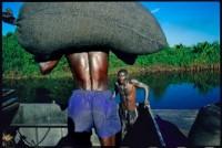 Madagascar, 2004. La poussière des graphites collent à la peau des porteurs (c) Pascal Maitre / Agence Cosmos