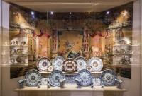Grand buffet de plats de faïence de Rouen, les plus belles ornées de motifs à l' « ocre niellé », Rouen, vers 1700-1725. Paris, musée du Louvre © 2014 Musée du Louvre, dist. RMN-GP / Olivier Ouadah