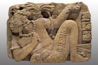 Monument 114 de Toniná, représentant le seigneur de Palenque, K'inich K'an Joy Chitam, captif. Classique récent (600-900 apr. J.-C.) © Museo Nacional de Antropología, Mexico, Mexique. Photo  Ignacio Guevara