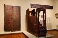 Vue de l'exposition « Maroc médiéval » avec de la madrasa Bou Inaniya et portes de la de la médrasa Attarin, Fès. Musée Dar Batha © 2014. Musée du Louvre / Antoine Mongodin