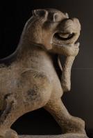 Animal fabuleux 'tianlu'. Chine, Han orientaux (25‐220 apr. J.‐C.) Pierre. Découvert en 1991, site de Chenjiaqiao (Xianyang, province du Shaanxi) Musée de la forêt de stèles, Xi'an © Art Exhibitions China / Musée de la forêt de stèles, Xi'an