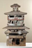 Modèle d'un grenier à cinq niveaux. Chine, Han orientaux (25‐220 apr. J.‐C.). Terre cuite. Découvert en 2009, site de Baizhuang (district de Daiwang, Jiaozuo, province du Henan) Musée municipal de Jiaozuo
