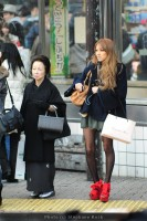Femme japonaise d'autrefois à côté d'une jeune fille d'aujourd'hui (c) Stéphane Korb