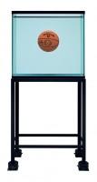 One Ball Total Equilibrium Tank (Spalding Dr. J 241 Series), 1985 [Aquarium avec un ballon en parfait équilibre (série Spalding Dr. J 241)] Verre, acier, chlorure de sodium réactif, eau distillée et 1 ballon de basket Edition 1 / 2 Photo: Douglas M. Parker Studios, Los Angeles Collection de F.B.Z. and Michael Schwartz © Jeff Koons
