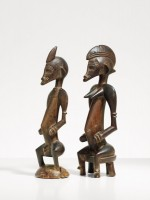 Maître de la coiffure en crête de coq. Couple de figurines tugubélé. © Museum Rietberg Zürich, photo: Rainer Wolfsberger. Collection Marianne et Helmut Zimmer