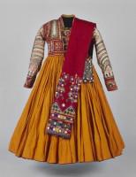 Robe de princesse pour Le Mahabharata mis en scène par Peter Brook. Costume réalisé par Chloé Obolensky. Textile, soie et coton brodés, miroirs © Museu do Oriente/Lisboa/Portugal
