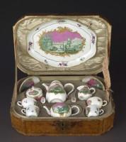 Cabaret à décor bleu et rose. Manufacture de Meissen - Sèvres Cité de la Céramique (c) RMN - Grand Palais - Martine Beck-Coppola