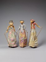 Ensemble de marionnettes. Théâtre Wayang golek, Indonésie. XXe siècle. Bois peint et doré, coton imprimé (c) RMN-Grand Palais (musée Guimet, Paris) / Thierry Ollivier
