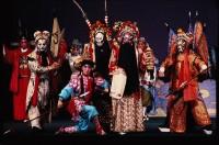 """Photographie de Suzanne Held. Opéra de Pékin, scène réunissant les personnages de l'opéra """"Troubles dans le royaume du ciel"""", 1983 © Suzanne Held"""