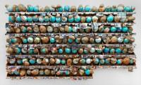 Thomas Hirschhorn, Outgrowth, 2005. Installation murale : 131 globes terrestres posés sur 7 étagères fixées au mur, avec coupures de presse. © Centre Pompidou, mnam/cci, Dist. RMN-Grand Palais / Georges Meguerditchian © Adagp, Paris