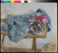 Édouard Vuillard – Roses rouges et étoffes sur une table – 1900-1901 – Huile sur carton © Collection particulière, Villa Flora, Winterthur. Photo Reto Pedrini, Zürich