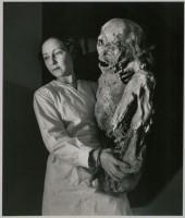 La surprenante légèreté d'une momie péruvienne. 1943 (c) Atelier Robert Doisneau