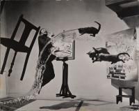Philippe Halsman — Dalí Atomicus, 1948. Musée de l'Elysée © 2015 Philippe Halsman Archive / Magnum Photos. Droits exclusifs pour les images de Salvador Dalí : Fundació Gala-Salvador Dalí, Figueres, 2015
