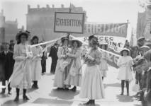 Christina Broom (1862-1939) Jeunes suffragettes faisant la promotion de l'exposition de la Women's Exhibition de Knightsbridge, Londres, mai 1909 Epreuve photomécanique (carte postale) Londres, Museum of London © Christina Broom/Museum of London