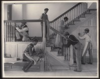 Frances Benjamin Johnston (1864-1952) Stairway of the Treasurer's Residence: Students at Work (The Hampton Institute) (Escalier de la residence du Trésorier : élèves au travail), 1899-1900 Epreuve au platine, 19,1 x 24,2 cm Don de Lincoln Kirstein New York, Museum of Modern Art © 2015. Digital image, The Museum of Modern Art, New York / Scala, Florence