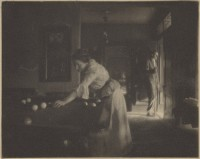Gertrude Käsebier (1852-1934) Gertrude Käsebier O'Malley jouant au billard avec William M. Turner, vers 1909 Epreuve au platine, 87 x 59,11 cm Collection J.Paul Getty Museum © Photo courtesy of the J.Paul Gatty Museum