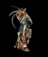 KONGO (RDC). Statuette nkisi. Bois, plumes, fibres végétales, matières composites, coquillage, métal, miroir, peau et pigments. Collectée par Robert Visser en 1903 © Archives Musée Dapper – Photo Hughes Dubois