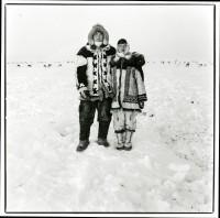 Jeune couple d'éleveurs de rennes de la région de Novorybnoïe. De plus en plus rares sont les dolganes de cette génération à poursuivre une activité dans la toundra. Copyright : Nicolas Mingasson / Observatoire Photographique des Pôles