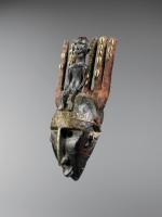 BAMANA / MARKA (Mali). Masque ntomo. Bois, cauris, fibres végétales, métal et pigments © Archives Musée Dapper – Photo Hughes Dubois