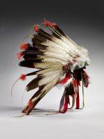 Grande coiffe de chef. Bonnet en feutrine recouvert de duvet d'aigle © musée du quai Branly, photo Claude Germain