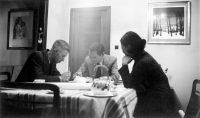 Hergé chez lui au 12, place de mai à Woluwe-Sint-Lambrechts, 1937. Photographie noir et blanc. Collection Studios Hergé © DR