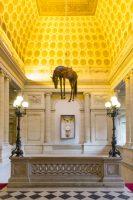 Maurizio Cattelan, Novecento (cheval suspendu), 1997, et Sans titre, 2007. Photo: Zeno ZottiVue de l'exposition Maurizio Cattelan, Not Afraid of Love à la Monnaie de Paris, du 21 octobre 2016 au 8 janvier 2017