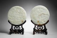 Paire d'écrans circulaires. Chine, Dynastie Qing (1644-1911), 18e siècle. Jade, bois (socle) (C) Château de Fontainebleau, Dist. RMN-Grand Palais / Thierry Ollivier