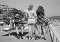 Un homme retraité fixe des jeunes femmes en mini jupes, Nice le 13 juillet 1969 © AFP / Getty Images, Staaf